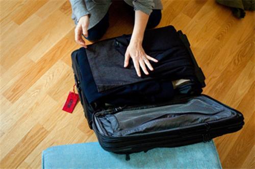 جا دادن لباس ها در چمدان-خرید بلیط اتوبوس- خرید اینترنتی بلیط اتوبوس-پایانه- بلیط اتوبوس-